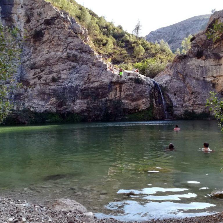 Un chapuzón en la cascada de La Vall de Gallinera Caferminet.es
